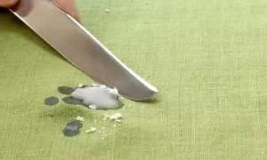Как вывести пятно от воска с одежды с разных типов тканей