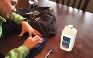 Чем отстирать краску от джинсов — действенные способы