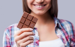 Как вывести пятна от шоколада с одежды