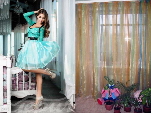 Девушка в платье, шторы
