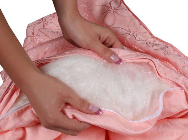 Девушка держит одеяло в развернутом виде