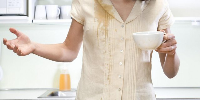 Девушка пролила чай на рубашку