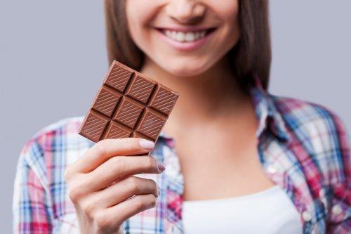 Девушка с шоколадом в руке