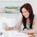 Девушка и швейная машинка