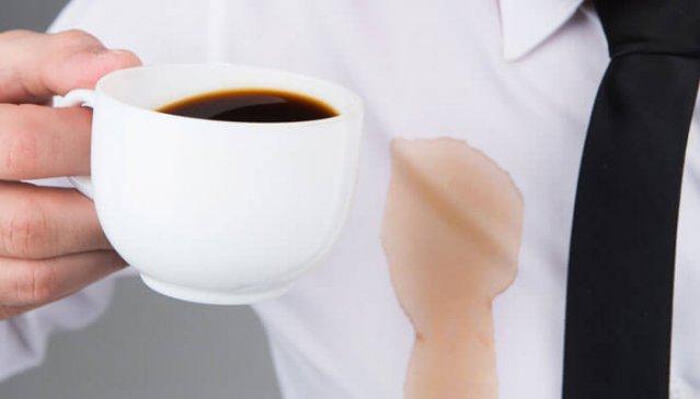 Мужчина пролил кофе на рубашку