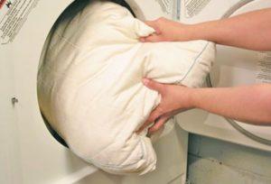 Стиральная машинка и подушка