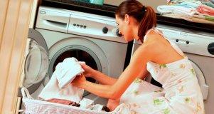 Девушка в белом рядом с стиральной машинкой