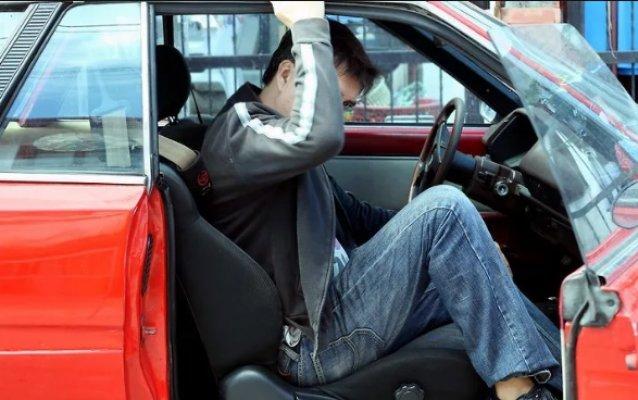 Парень выходит из машины