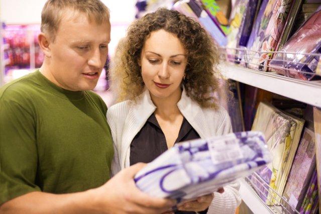 Молодая пара выбирает комплект постельного белья