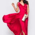 Девушка в легком красном платье