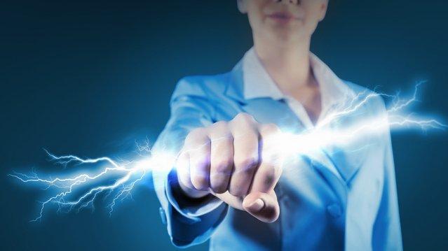 Разряд электрического тока в руке девушки