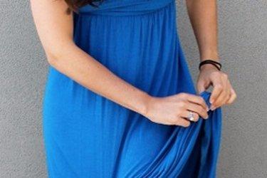 Платье прилипает к ногам