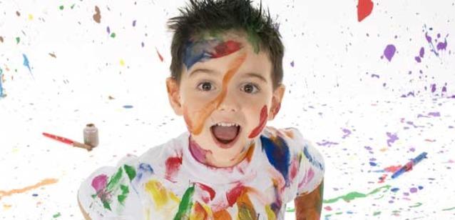 Мальчик испачканный в акварельной краске