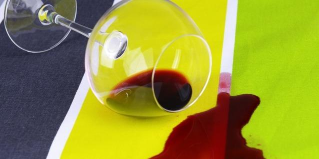 Опрокинутый бокал красного вина
