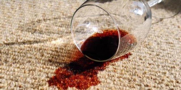 Ковер и пролитый бокал вина