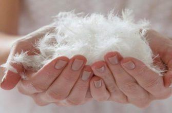 Искусственный лебяжий пух в руках у девушки