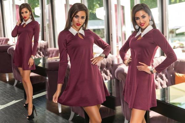 Девушки в бордовых платьях