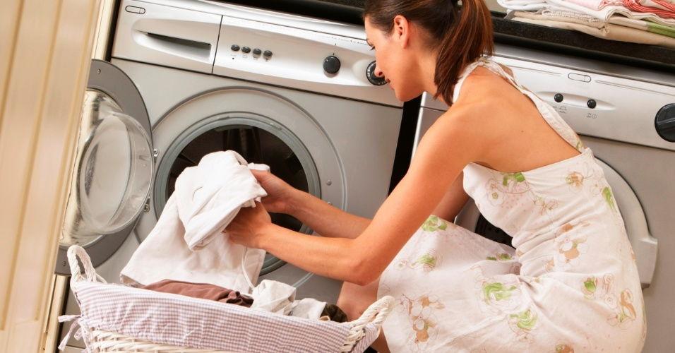 Девушка загружает стиральную машинку