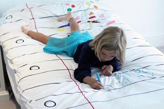 Девочка рисует на простыни