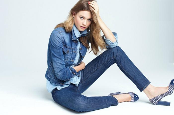 Девушка в одежде из джинса