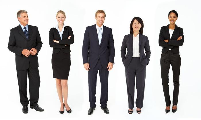 Парни и девушки в деловых костюмах