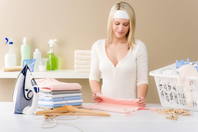 Девушка гладит сорочки