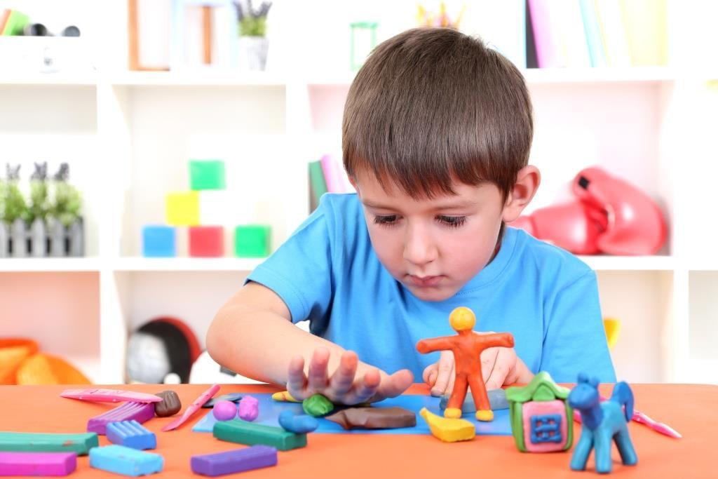 Ребенок лепит из пластилина игрушки