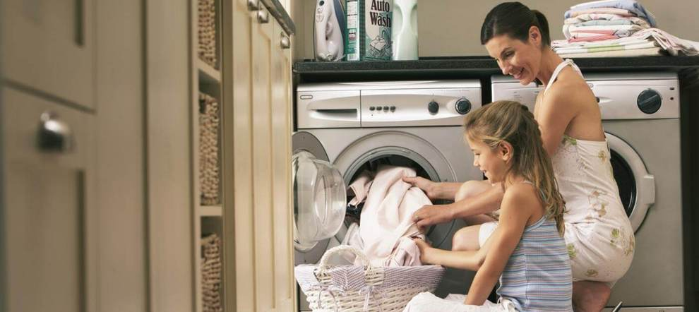 Мать с дочерью стирают постельное