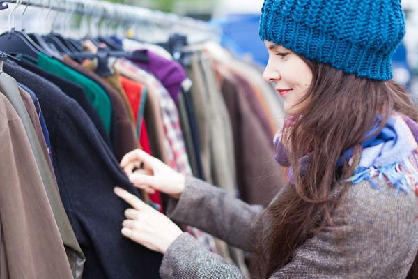 Девушка выбирает пальто