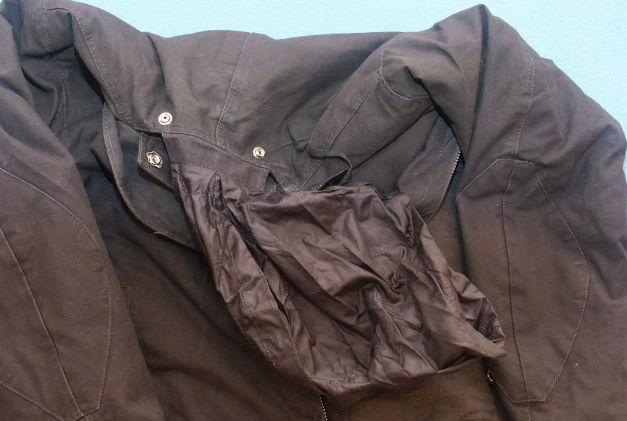 Куртка в пятнах от масла