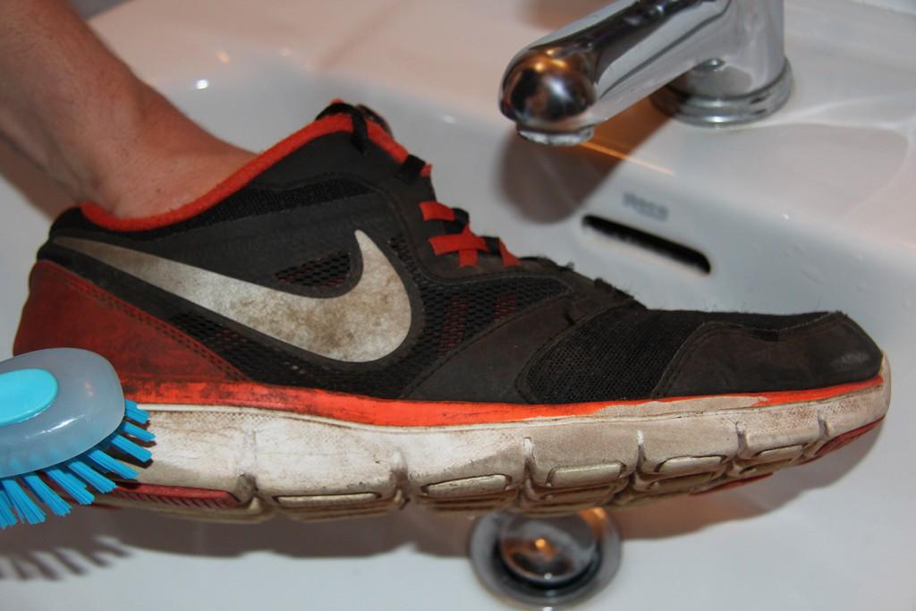 Кроссовки в пятнах