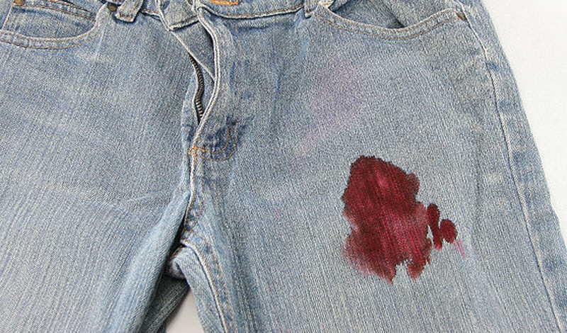 Пятна крови на джинсах