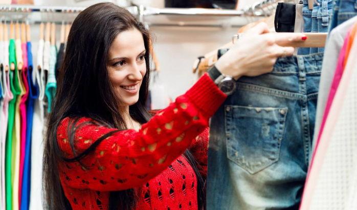 Девушка выбирает джинсы