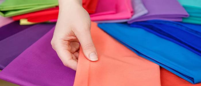 Девушка держит ткани