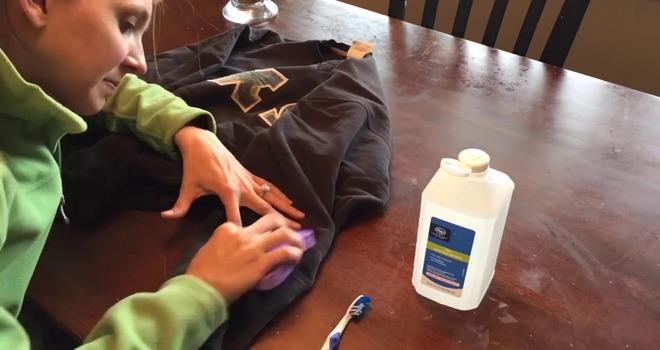 Девушка оттирает брюки