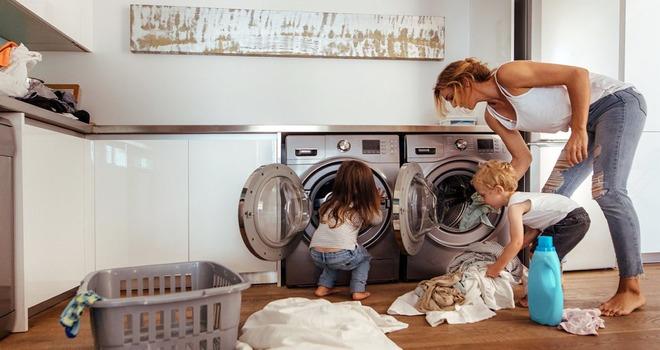 мама с дочкой у стиральных машин