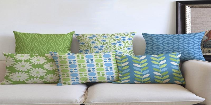 Подушки из разных тканей на диване