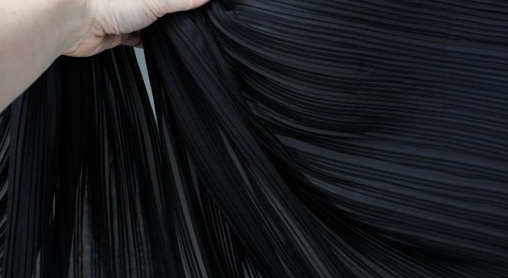 Черная гофрированная ткань