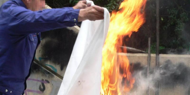 Тушение огня асбестовой тканью