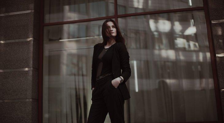 Девушка в черном костюме из ткани Анжелика