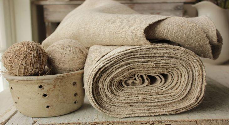 Клубки ниток и полотно из конопляной ткани
