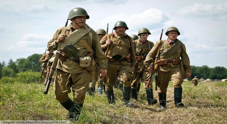 Солдаты в кирзовых сапогах